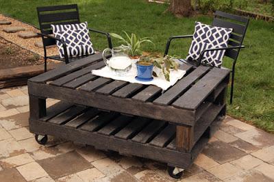 Table de palettes à l'extérieur pour le jardin