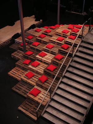 Théâtre et des gradins entièrement réalisés avec des palettes recyclées et coûts 0