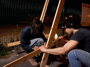 Guérilla designers ornent les rues de Paris avec des meubles en poubelle4