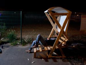 Guérilla designers ornent les rues de Paris avec des meubles en poubelle5
