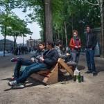 Guérilla designers ornent les rues de Paris avec des meubles en poubelle