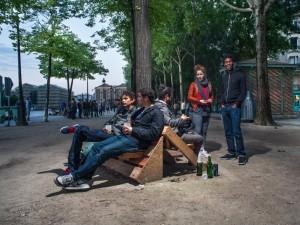 Guérilla designers ornent les rues de Paris avec des meubles en poubelle6