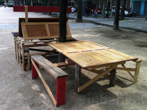 Guérilla designers ornent les rues de Paris avec des meubles en poubelle7