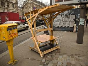 Guérilla designers ornent les rues de Paris avec des meubles en poubelle8
