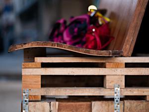 Guérilla designers ornent les rues de Paris avec des meubles en poubelle9
