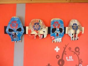 Pupitre pour guitare et crânes fabriqués à partir de planches à roulettes recyclés
