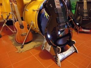 Pupitre pour guitare et crânes fabriqués à partir de planches à roulettes recyclés2