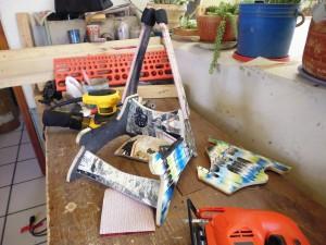 Pupitre pour guitare et crânes fabriqués à partir de planches à roulettes recyclés4