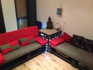 Canapé et une table de chevet Home Cinema fait de palettes