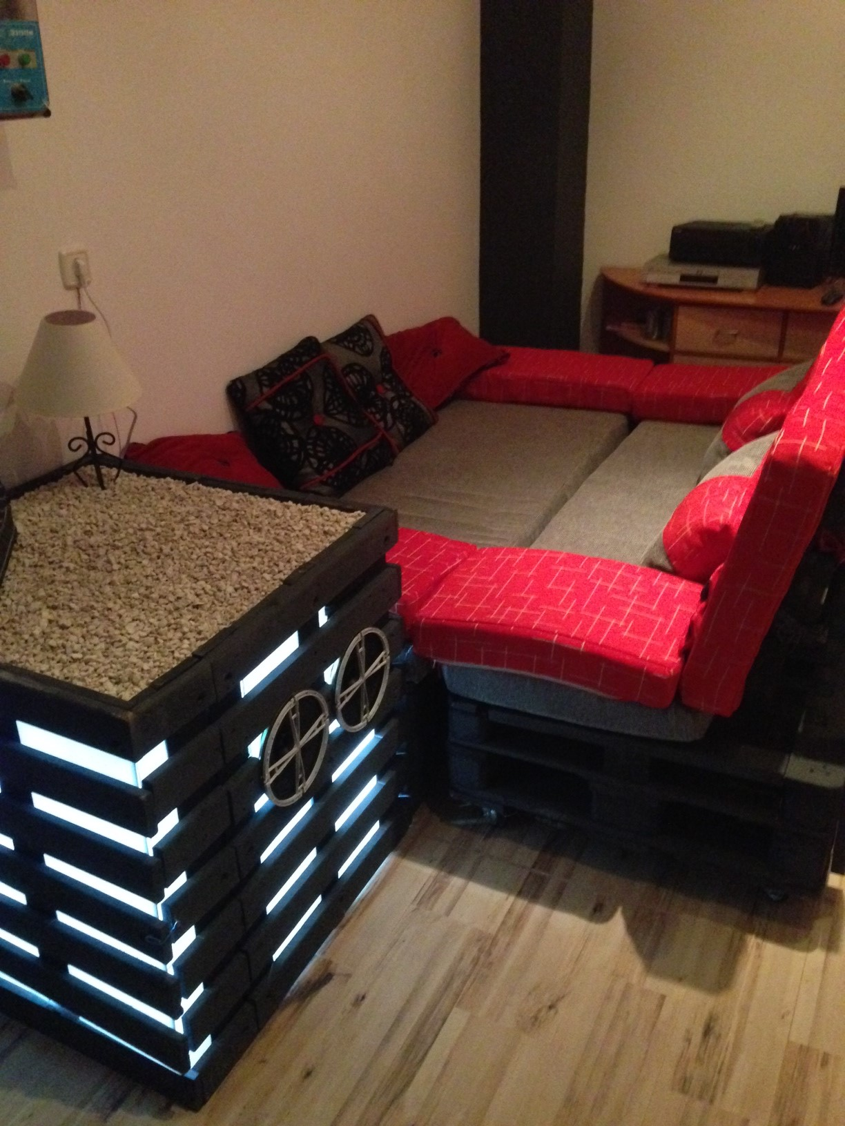 Canap et une table de chevet home cinema fait de for Canape home cinema