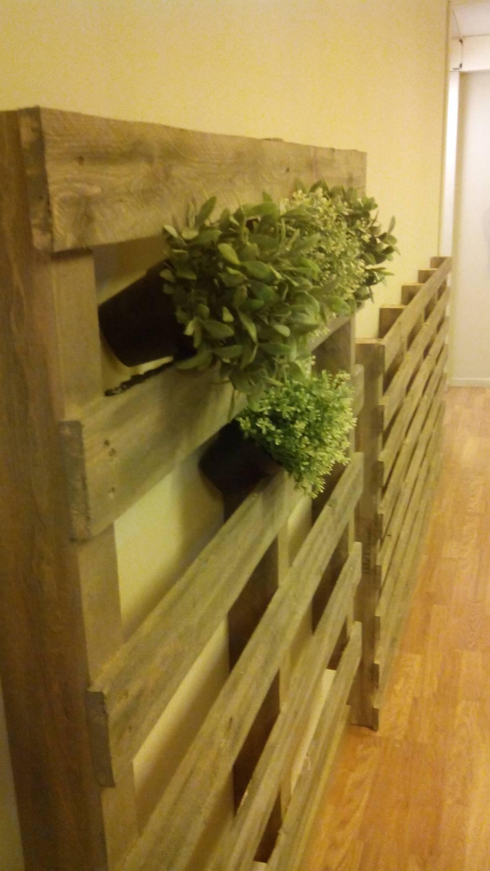Jardin vertical faite avec des palettesmeuble en palette - Jardin vertical palette ...