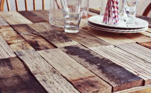 Comment faire une table rustique et vintage avec des planches de palettes (3)