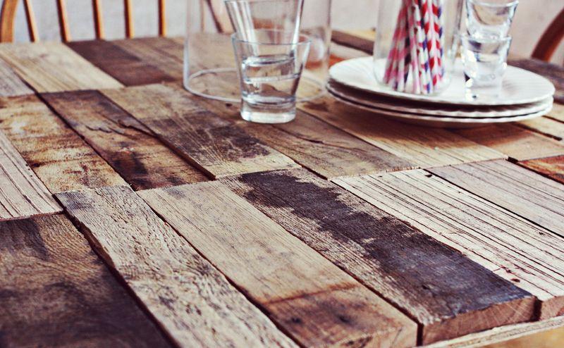 Comment faire une table rustique et vintage avec des planches de palettesmeub - Faire une table basse avec des palettes ...