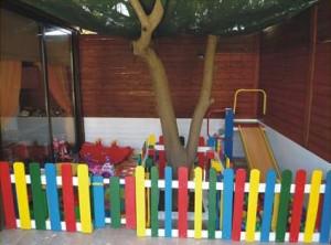 Jardin d'enfants faite avec des palettes et des plans du processus (2)