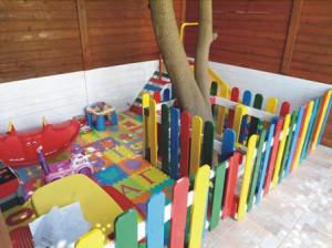 Jardin d'enfants faite avec des palettes et des plans du processus (3)