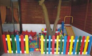 Jardin d'enfants faite avec des palettes et des plans du processus