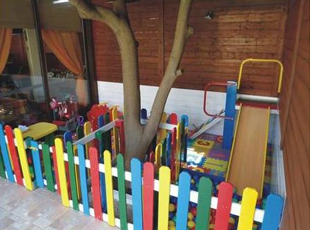 jardin d enfants faite avec des palettes et des plans du processusmeuble en palette meuble en. Black Bedroom Furniture Sets. Home Design Ideas