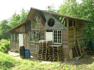 Silence haven une maison faite de d chetsmeuble en - Construire sa maison en palette ...