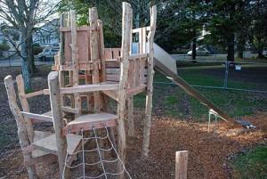 Aire de jeux fait de troncs d' arbres et bois recyclés 2