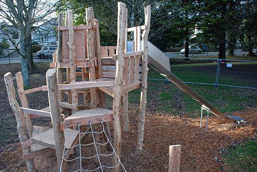 aire de jeux fait de troncs d' arbres et bois recyclésmeuble en