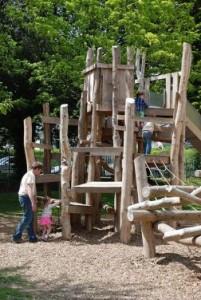 Aire de jeux fait de troncs d' arbres et bois recyclés 3