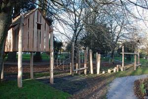 Aire de jeux fait de troncs d' arbres et bois recyclés