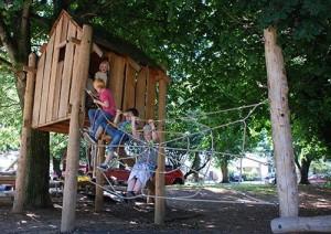 Aire de jeux fait de troncs d' arbres et bois recyclés 4