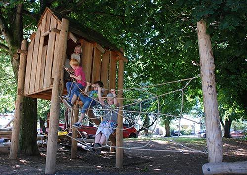 aire de jeux fait de troncs d arbres et bois recycl smeuble en palette meuble en palette. Black Bedroom Furniture Sets. Home Design Ideas