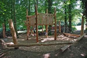 Aire de jeux fait de troncs d' arbres et bois recyclés 5