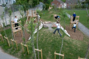 Aire de jeux fait de troncs d' arbres et bois recyclés 6