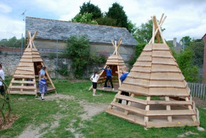 Aire de jeux fait de troncs d' arbres et bois recyclés 7