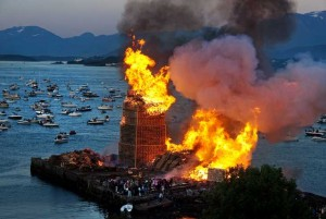 Dans une ville norvégienne une énorme tour avec des palettes a été créé à brûler3