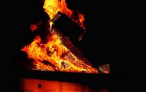Dans une ville norvégienne une énorme tour avec des palettes a été créé à brûler6