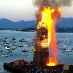 Dans une ville norvégienne une énorme tour avec des palettes a été créé à brûler
