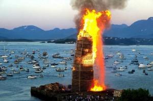 Dans une ville norvégienne une énorme tour avec des palettes a été créé à brûler7