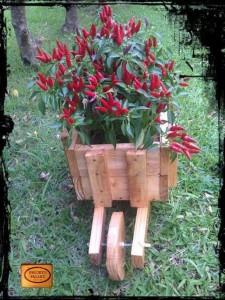 Jardinière avec une brouette faite de palettes 2