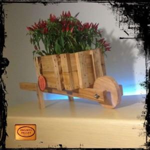 Jardinière avec une brouette faite de palettes 3