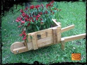Jardinière avec une brouette faite de palettes