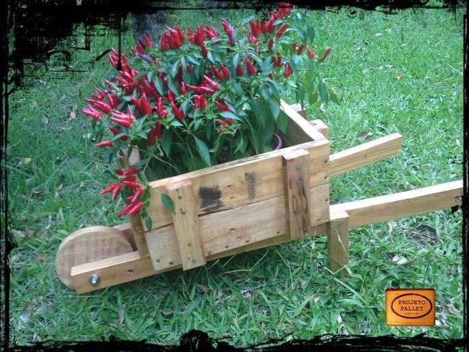 Jardini re avec une brouette faite de palettesmeuble en - Plan jardiniere palette ...
