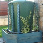 Jardinière en palettes pour cacher un réservoir d'eau avec des plantes grimpantes