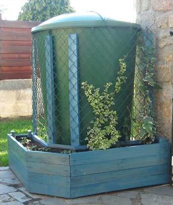 Jardini re en palettes pour cacher un r servoir d eau avec for Jardiniere pour plante grimpante