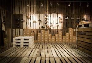 La marque de chaussures Clae décore leurs boutiques avec des palettes recyclées 2