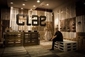 La marque de chaussures Clae décore leurs boutiques avec des palettes recyclées