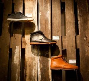 La marque de chaussures Clae décore leurs boutiques avec des palettes recyclées 4