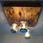 Lampe faite avec des palettes et des bocaux en verre