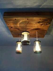 lampe faite avec des palettes et des bocaux en verremeuble en palette meuble en palette. Black Bedroom Furniture Sets. Home Design Ideas