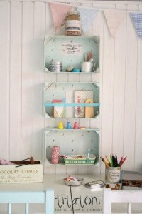 Plusieurs idées originales d'étagères faites de boîtes de fruits 8
