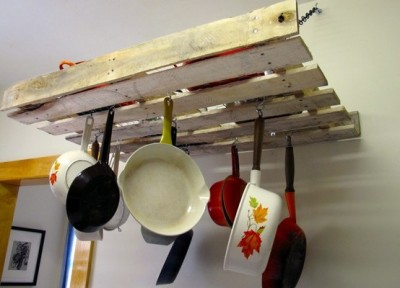 Comment faire un meuble pour accrocher nos ustensiles de cuisine avec une palette 2