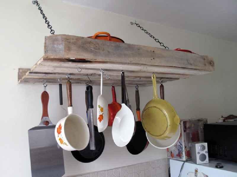 comment faire un meuble pour accrocher nos ustensiles de cuisine avec une palettemeuble en. Black Bedroom Furniture Sets. Home Design Ideas