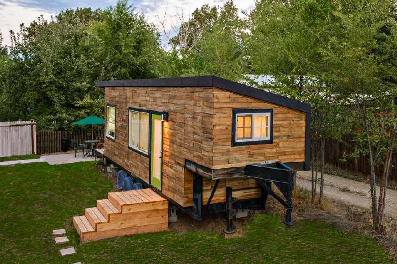 Maison construite avec des planches de palettes en bois for Construire sa maison en palette